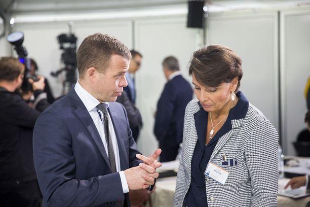 Liikenne- ja viestintäministeri Anne Bernerin yhtiöhanke ei vakuuttanut valtiovarainministeri Petteri Orpoa. Orpo ihmetteli tuoreeltaan, miten järjestelmän rahoitus hoituisi. Kuva viime kesän Kultaranta-keskusteluista.