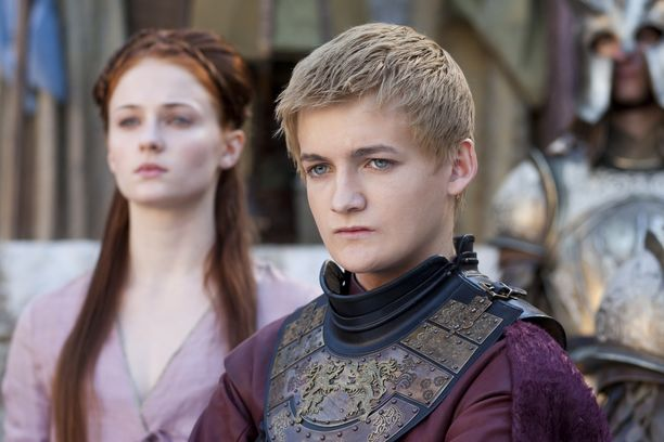 Sansa Stark toisella tuotantokaudella. Oikealla puolella Joffrey Baratheon.