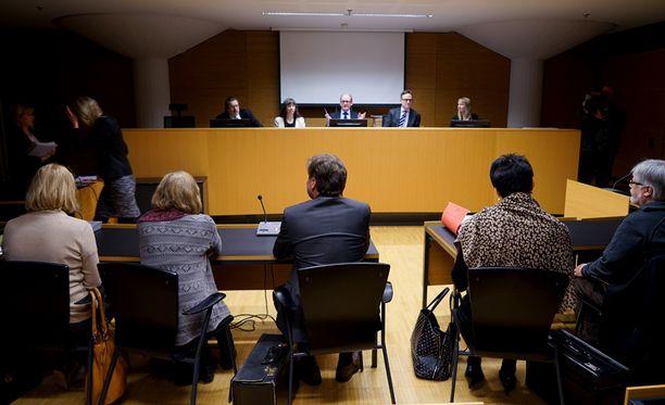 Yhtätoista Helsingin kaupungin sosiaalityöntekijää, lääkäriä ja terveydenhoitajaa syytetään virkavelvollisuuden rikkomisesta.
