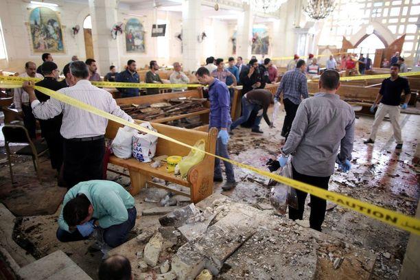 Turvallisuusviranomaiset tutkivat pommituspaikkaa Tantassa pommi-iskun jälkeen.
