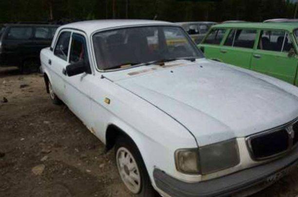 Valkoinen Volga on yksi reilusta sadasta myytävästä autosta.