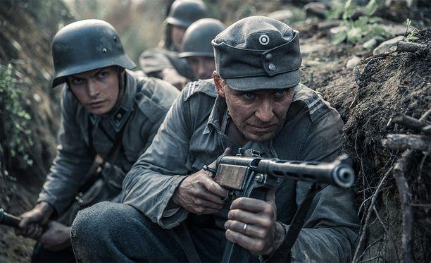 Kuvassa Tuntematon sotilas -elokuvan Kariluoto ja Rokka (Johannes Holopainen & Eero Aho)
