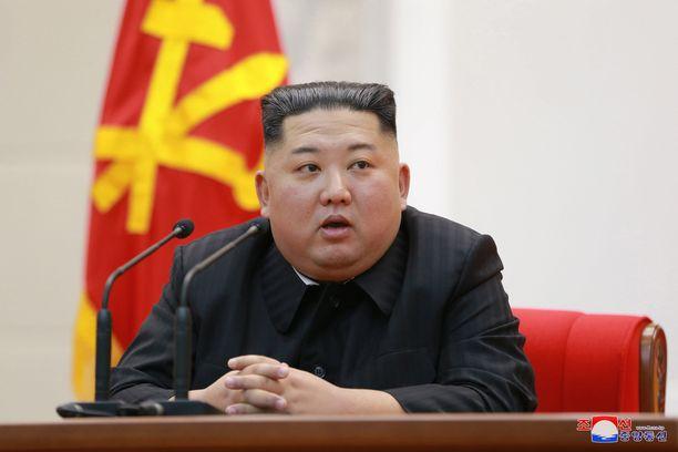 Kim Jong-un taittaa loppumatkan autolla.