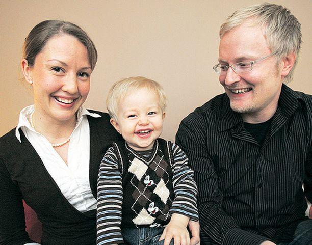 Rasmuksen vanhemmat Heini ja Aki jaksavat jo nauraa tämän syksyn koettelemuksille.
