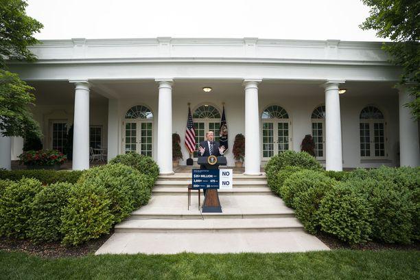 """Donald Trumpin puhujakorokkeen edustalla oli keskiviikkona kyltti, jossa luki erinäisiä väitteitä Robert Muellerin Venäjä-tutkinnasta. Siinä mainittiin muun muassa """"18 vihaista demokraattia""""."""