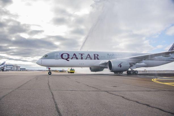 Qatar Airwaysin lento Dohaan jäi lentoasemalle, kun kahta miehistön jäsentä alettiin epäillä juopumuksesta. Poliisi selvittää tapausta. Kuvituskuva.