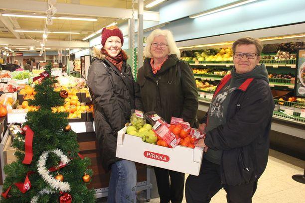 Miia Vistbacka (vas.), Irmeli Jousmäki sekä Marjo Hannula ovat saaneet joulujuhlaa varten paljon lahjoituksia niin kauppaliikkeiltä kuin muiltakin tahoilta.