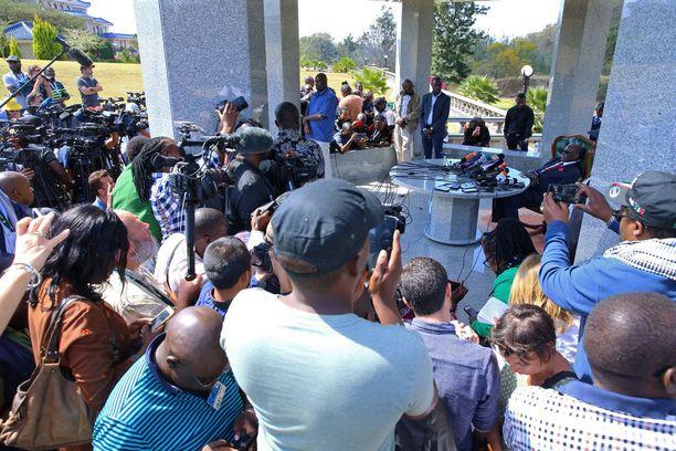 Mugabe esiintyi ensimmäistä kertaa julkisesti vallastaluopumisensa jälkeen vaalipäivän aattona, ja kertoi medialle aikovansa äänestää opposition ehdokas Nelson Chamisaa.