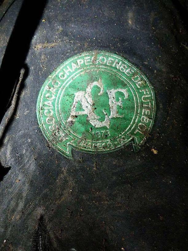 Jalkapallojoukkueen logo turmapaikalta löydetyssä tavarassa.