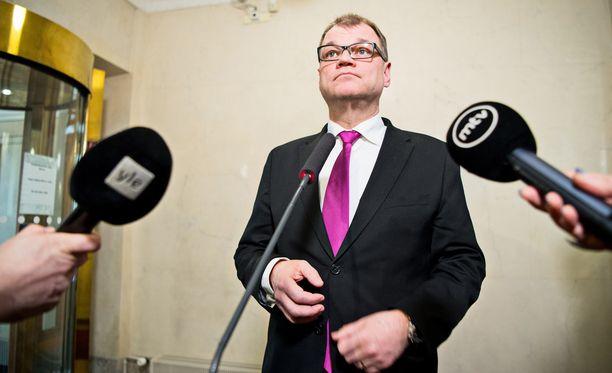 Pääministeri Juha Sipilän mukaan soten aikataulu menee pitkäksi, jos sosiaali- ja terveysvaliokunta ei saa työtään valmiiksi heinäkuun loppuun mennessä.