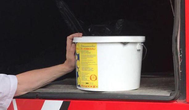Bussin kuljettaja ja pelastushenkilökunta tutkivat vessassa käytettyä kemikaalia.