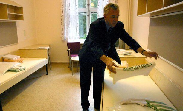 Vankilan johtaja Lars Widholm esittelee Kolmårdenin avovankilan sellejä Ruotsissa.