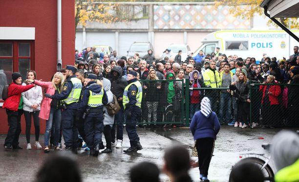 Ruotsalaiskoulun oppilaat eivät ottaneet hyökkääjää aluksi tosissaan.