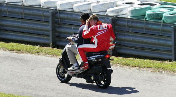 Räikkönen sai moottoripyöräkyydin auton hyydyttyä kahdeksan kierroksen jälkeen.