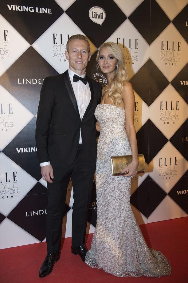 Mikael ja Metti Forssell edustivat tyylikkäinä vuonna 2016 ELLE Style Awards -gaalassa.