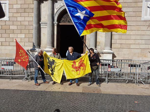 Katalonian keskushallinnon edustalle on kokoontunut monia itsenäisliikkeiden edustajia mm. myös Belgiasta.