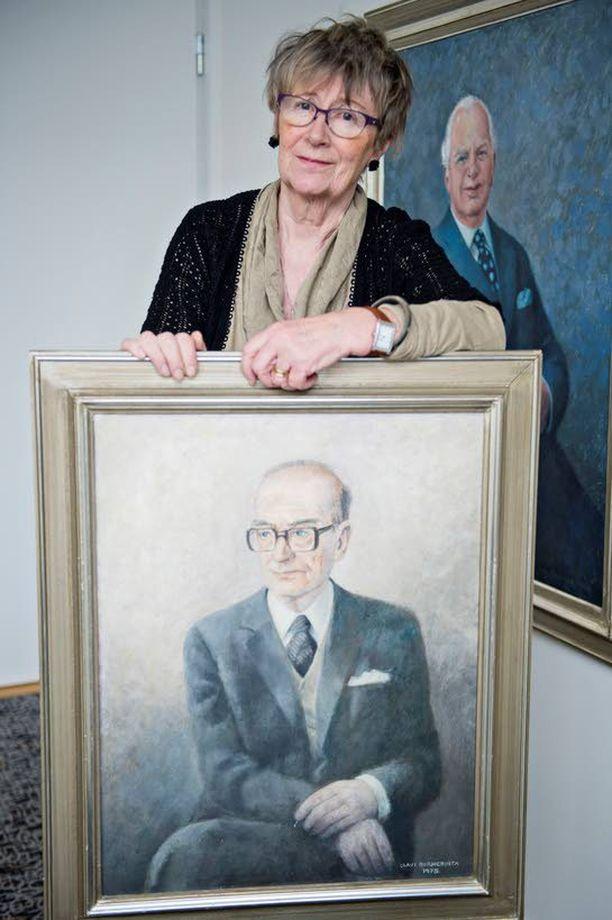 Meri-Helga Mantere isänsä Martti Juvaksen muotokuvan äärellä Iltalehdessä. Juvas johti vuosikymmeniä Uuden Suomen ulkomaanosastoa.