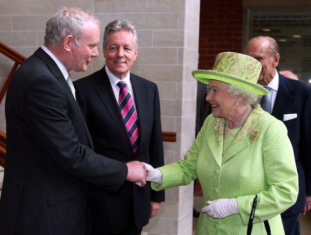 Kuningatar Elizabeth kätteli entistä IRA-komentajaa Martin McGuinnessia vuonna 2012. McGuinness kuoli 66-vuoden iässä Altnagelvinin sairaalassa Derryssä kaksi vuotta sitten.