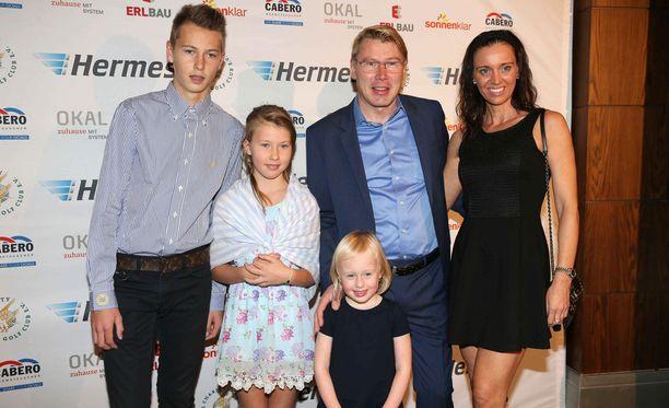Hugo ja Aina Häkkinen poseerasivat vuonna 2015 isänsä Mika Häkkisen, tämän uuden vaimon Marketan ja parin Ella-tyttären kanssa.