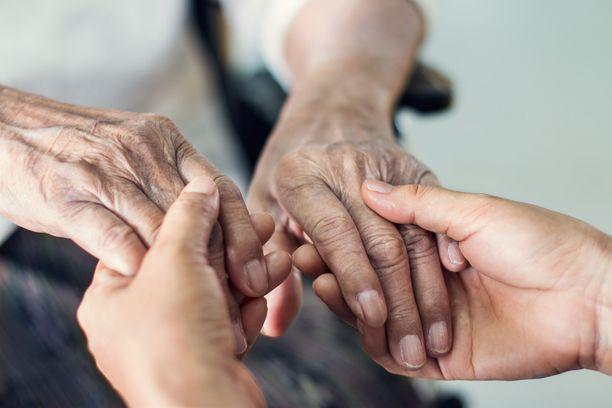 Puutteet vanhustenhoidossa ovat jälleen julkisen keskustelun ytimessä.