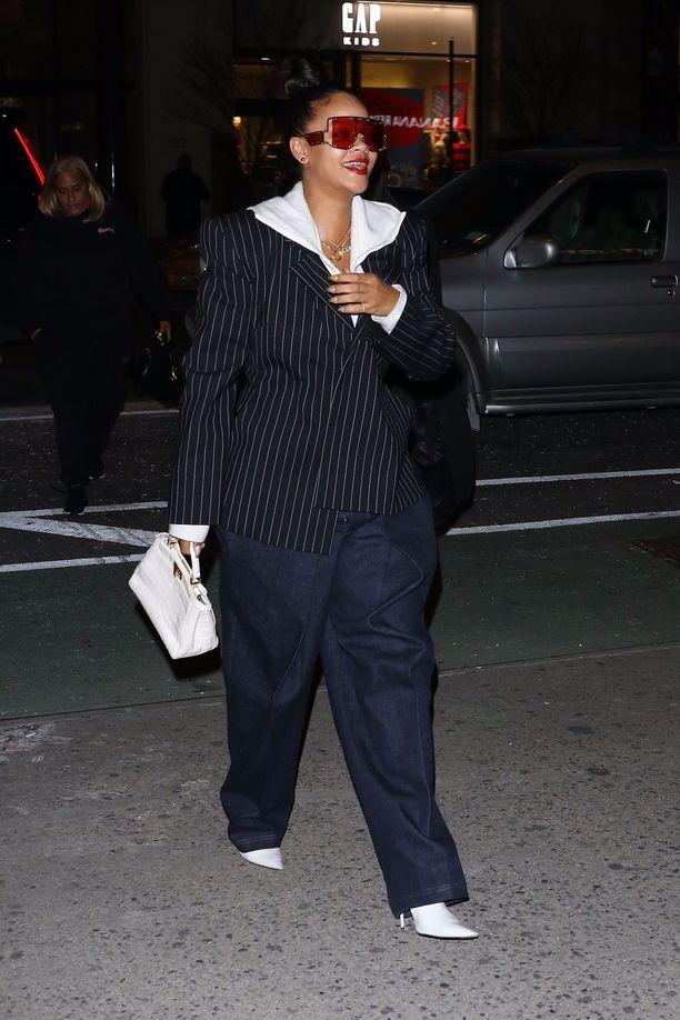 Aalto International -brändin rennot ja tyylikkäät farkut näyttävät Rihannan päällä äärettömän trendikkäiltä.