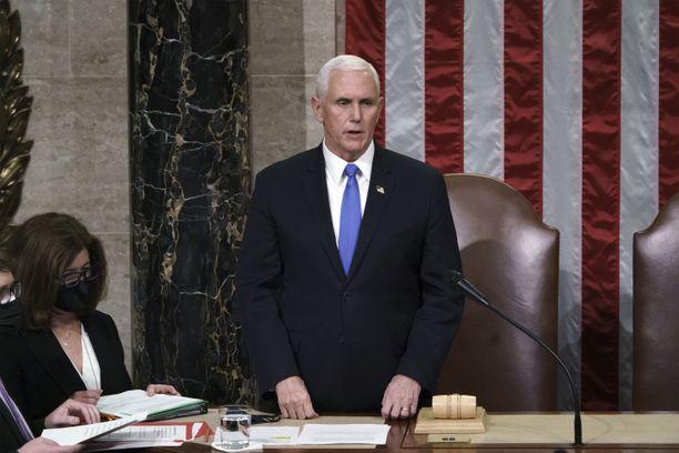 Demokraattipuhemies Nancy Pelosi on vaatinut varapresidentti Mike Penceltä Trumpin viraltapanon aloittamista perustuslain 25. lisäyksen nojalla sillä perusteella, että Trump on vaarallinen.