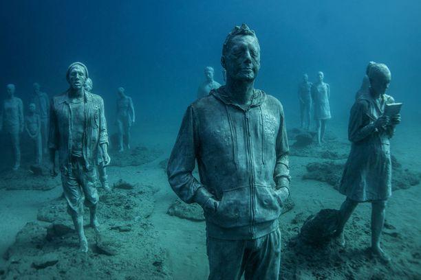Osa patsaista kuvaa Lanzaroten asukkaita arkitoimissaan.