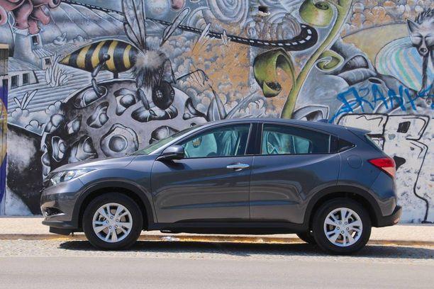 Pieneksi katumaasturiksi luokiteltu Honda HR-V on akseliväliltään vain pari senttiä isoaveljeään CR-V:tä lyhyempi.