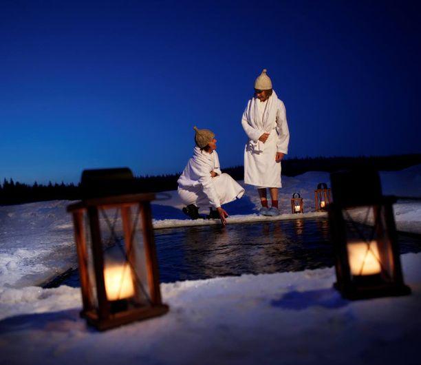 Osa saunaelämystä on pulahtaminen talvella avantoon tähtitaivaan alla ja kesällä yöttömässä yössä kirkkaaseen järveen.