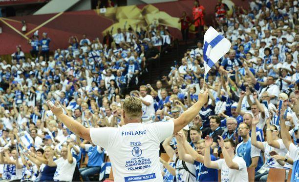 Suomen lentismaajoukkueen mukana kiertää paljon faneja arvokisoissa. Kuva vuoden 2014 MM-kisoista.
