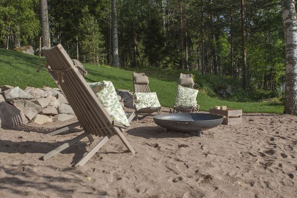 Anni ja Niko saavat oman hiekkarannan tulentekopaikkoineen.
