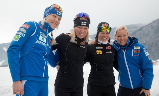 Kaisa Mäkäräinen (vas.), Riikka Sarasoja-Lilja, Krista Pärmäkoski ja Riitta-Liisa Roponen poseerasivat Val di Fiemmen MM-kisoissa 2013. Nelikosta luultavasti kaksi naista nähdään MM-Lahden viestitiimissä. Sarasoja-Lilja on jo lopettanut uransa.