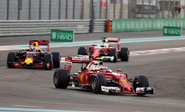 Kisan alkuvaiheessa Kimi Räikkönen oli vielä Daniel Ricciardon ja Sebastian Vettelin edellä.