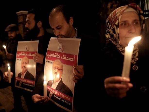 Ihmiset osoittivat mieltään Khashoggin murhan vuoksi Saudi-Arabian konsulaatin edessä Istanbulissa lokakuun lopussa.
