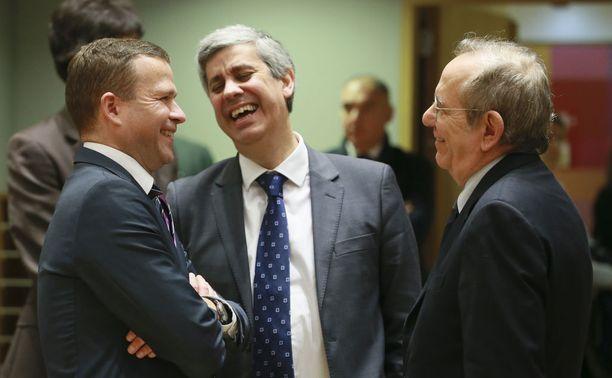 Orpo (vas.) ja Portugalin valtiovarainministeri Mário Centeno (oik.) tulevat hyvin juttuun toistensa kanssa. Centeno on vakuuttanut kollegalleen, että uusi verosopimus hyväksytään Portugalin parlamentissa.