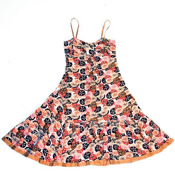Indiskan harsomaisen pehmeä mekko on kuin suoraan Cannes'n filmijuhlilta. Maailmantähdet ovat mieltyneet kokopitkään malliin, jossa niukka yläosa hentoine olkaimineen kannattelee aaltoilevasti laskeutuvaa helmaa. Jos odotat vauvaa, valitse tämä. Pyöristynyt vatsa näyttää kauniilta tässä mekosa. (37,90 e)