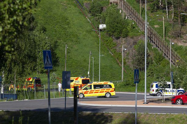 Junan alle jäänyt ihminen toimitettiin sairaalahoitoon. Hänen vammansa ovat vakavat.