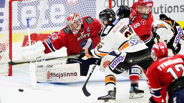 HIFK-vahti Atte Engren torjuu HPK:n Jere Innalan lähentelyt puolustaja Ville Varakkaan (8) avustuksella.