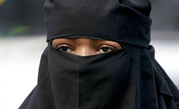 Niqab-asuun pukeutunut nainen joutui syrjityksi helsinkiläisessä kaupassa. Kuvituskuva.