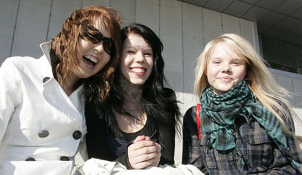 Elina, Laura, Janica sekä sadat muut nuoret rentoutuivat Oulun kaupunginteatterin seinustalla. Teatterin ympäristö on nykyisin oululaisnuorten suosituin kokoontumispaikka.