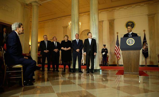 Presidentti Niinistö kuunteli hymyssä suin Obaman puhetta.