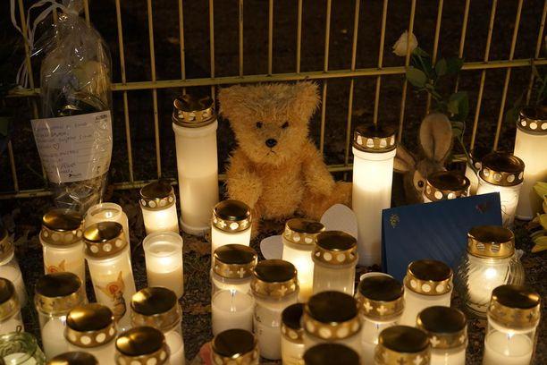 Kynttilämeri paloi lapsen muistoksi Porvoossa maanantai-iltana.