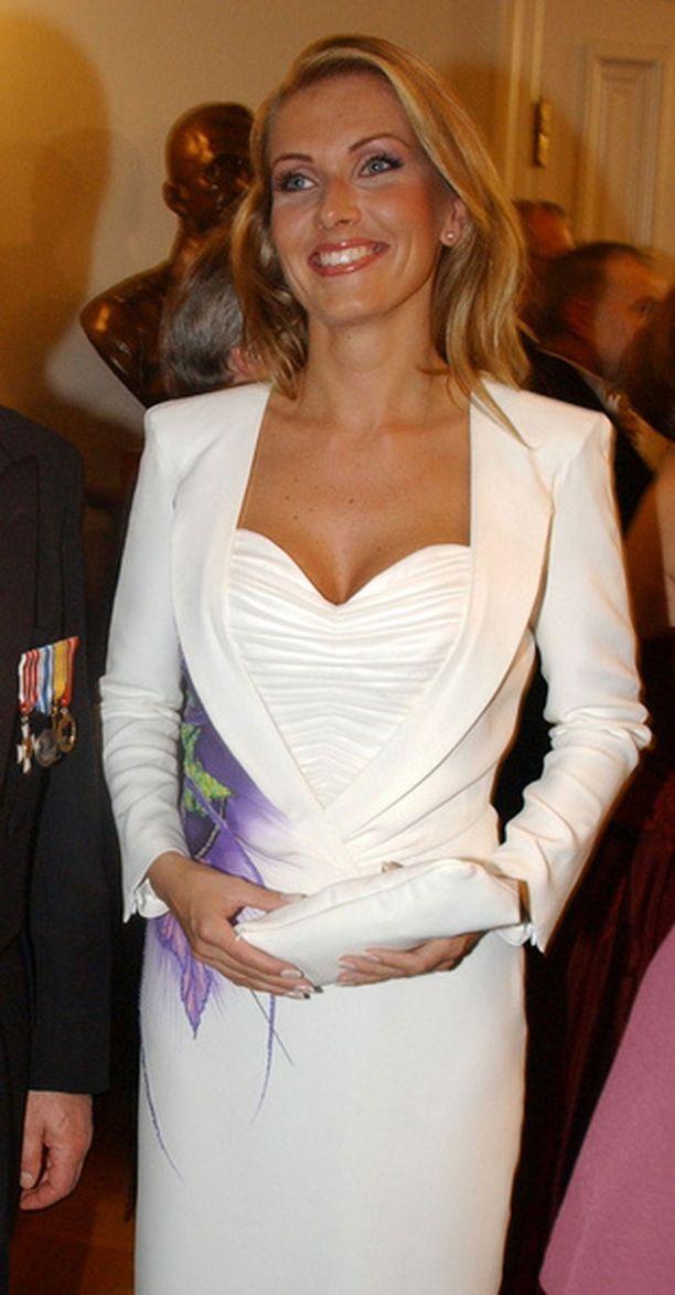 Vuonna 2002 Tanja edusti valkoisessa.