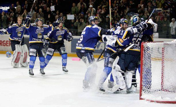 Ensimmäinen mitali varmistui keväällä 2008, kun Blues pudotti välieräsarjassa Jokerit voitoin 4-3. Finaalissa Kärpät oli parempi.