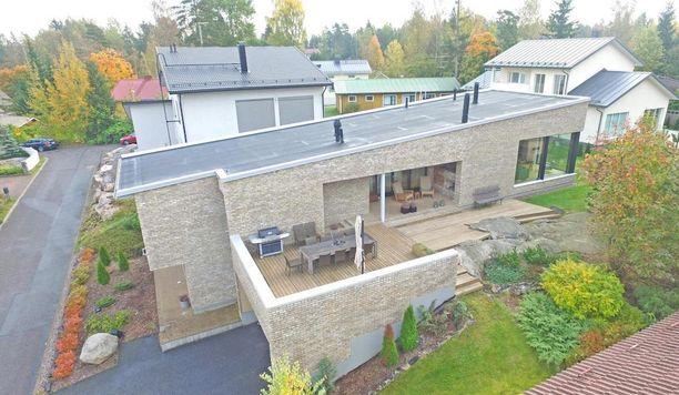 Tämän espoolaisen talon rakennusmateriaalina on käytetty tiiltä.