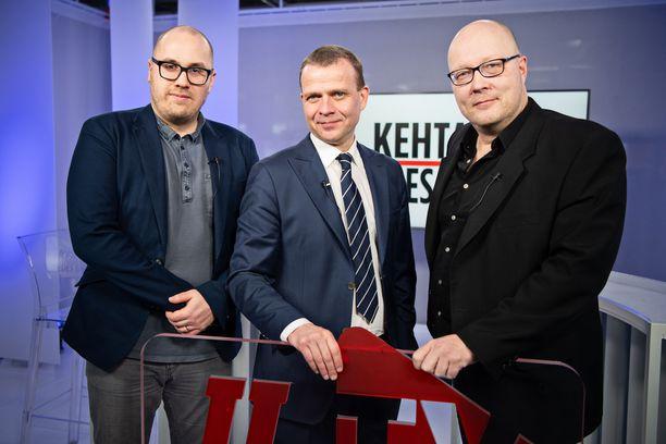 Kokoomuksen puheenjohtaja Petteri Orpo vieraili Kehtaako edes sanoa -ohjelmassa. Vasemmalla politiikan ja talouden toimittaja Marko-Oskari Lehtonen, oikealla politiikan toimituksen esimies Juha Ristamäki Iltalehdestä.
