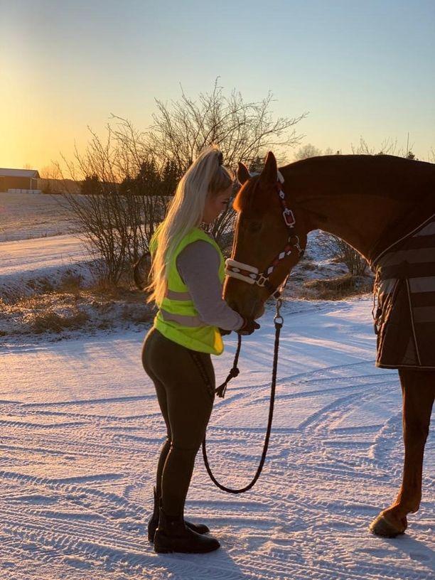 Mira Siikalampi mätkähti maahan pakkasen kovettamalle hiekalle, kun Bella-hevonen pelästyi raskasta ajoneuvoa. Siikalammen mukaan ajoneuvon vauhti oli kova.