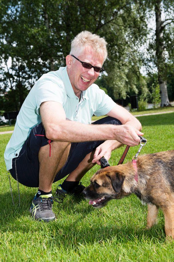 Pekka Pouta olisi jo aiemminkin halunnut ottaa koiransa mukaan töihin. Nyt se onnistuu uudistetun Huomenta Suomen myötä.