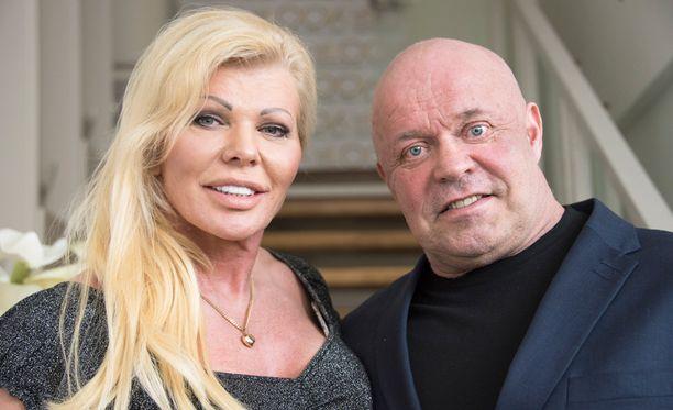 Tiina Jylhä ja Tape Valkonen esittelevät elämäänsä uutuussarjassa.