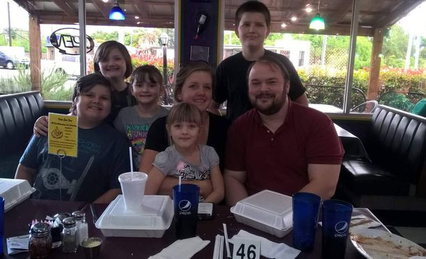 Crystal Holcombe ja hänen kolme lastaan kuolivat joukkomurhassa. Kaksi muuta lasta on haavoittuneina sairaalassa. Aviomies John Holcombe selvisi, koska ei ollut paikalla.